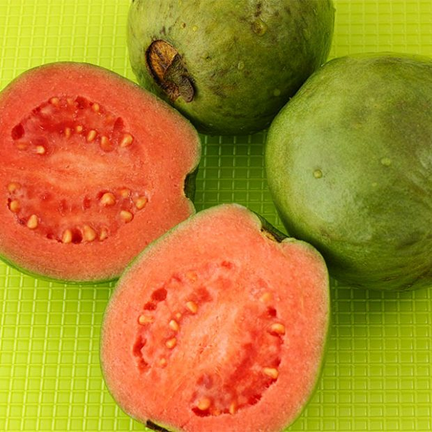 How to slice a guava